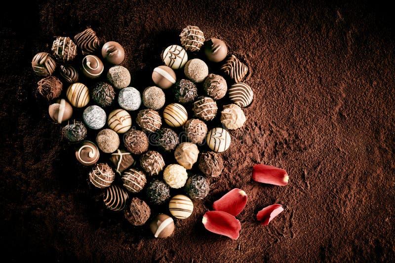 放置在心形的食家球形巧克力 免版税库存图片