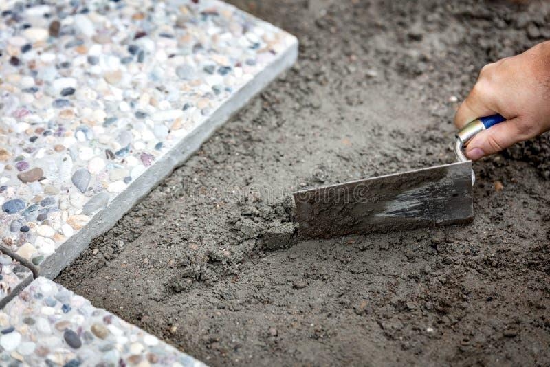 放置在新鲜的灰浆的人混凝土板 免版税图库摄影