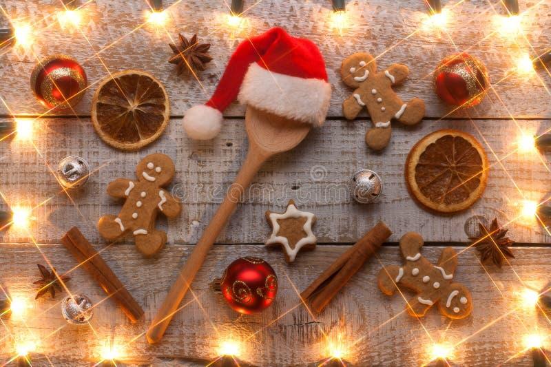 放置在桌的圣诞节曲奇饼和成份 免版税库存图片