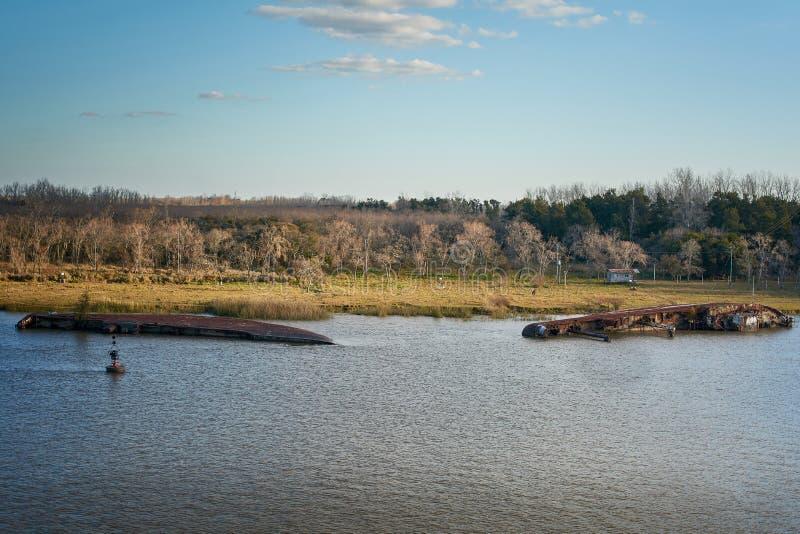 放置在浅水区的生锈的地面船击毁在坎帕纳河,阿根廷 免版税库存照片