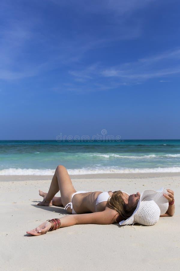 放置在海滩的妇女 图库摄影