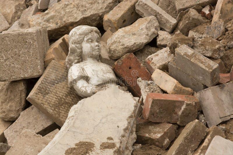 放置在瓦砾的雕象 免版税库存图片