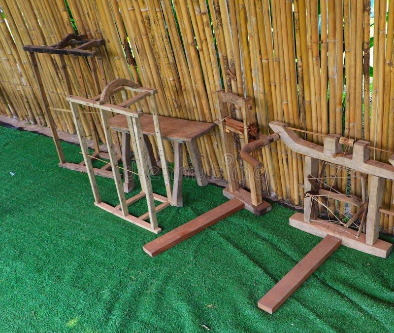 放置在竹流洒的小屋下的木编织的工具 免版税图库摄影