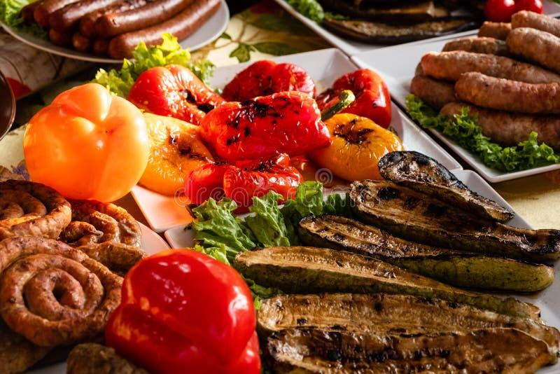 放置在箱子的新鲜和鲜美食物吃在街道的市场 肉、烤菜和现成的饭食买的为 库存照片