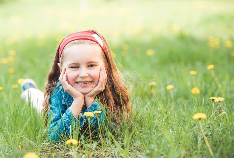 放置在草的女孩 免版税图库摄影
