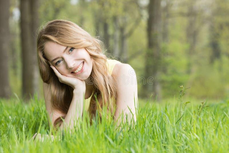放置在草的女孩 库存照片
