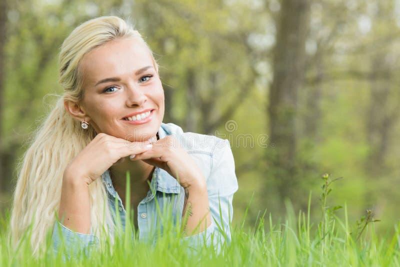 放置在草的女孩 免版税库存照片