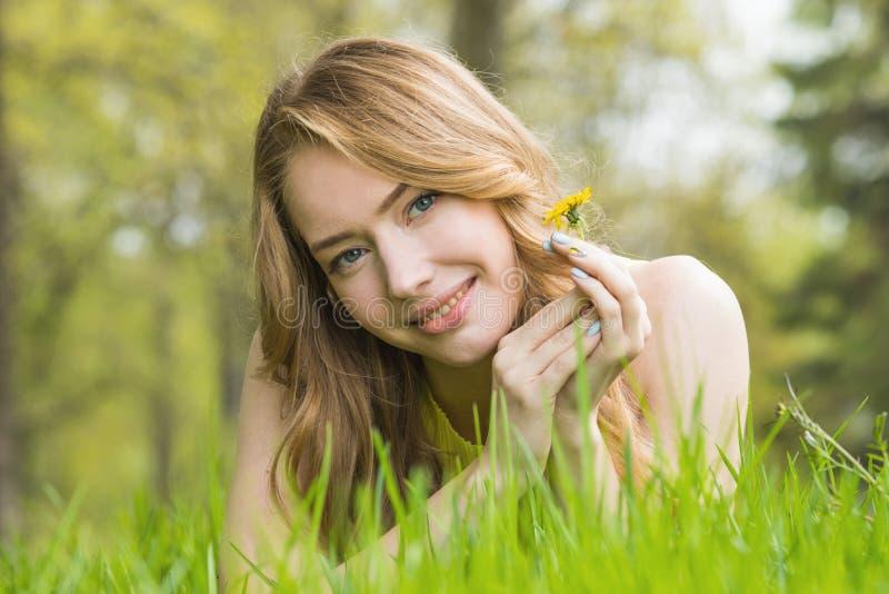 放置在草的女孩 库存图片