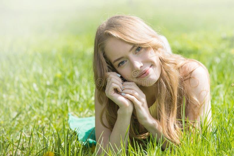 放置在草的女孩 免版税库存图片