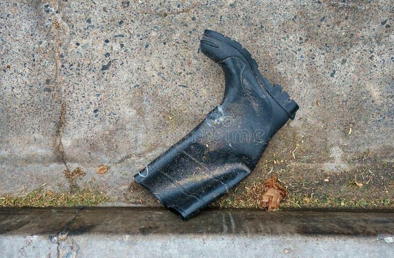 放置在街道的天沟的橡胶工作起动 库存照片