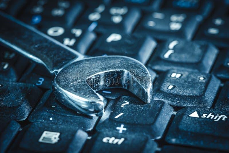 放置在计算机` s键盘的板钳的抽象图象 计算机、修理、服务和技术的概念 免版税库存照片
