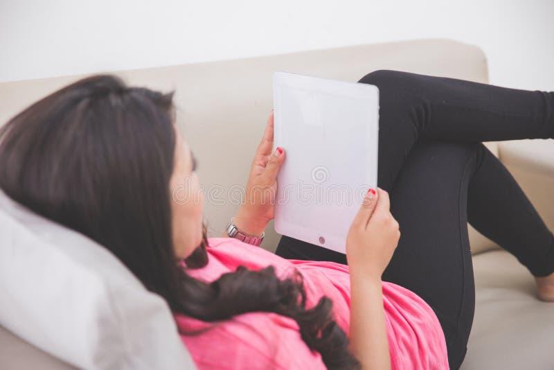 Download 放置在长沙发的妇女使用片剂个人计算机 库存图片. 图片 包括有 放松, 放置, 读取, 钉书匠, 设备, 样式 - 62528921