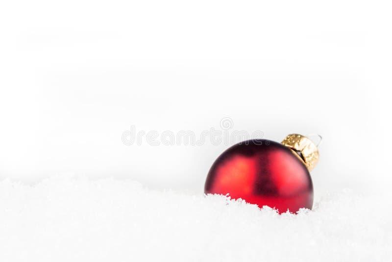 放置在雪的红色圣诞节球 库存图片