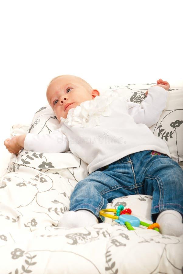 放置女婴在毯子 免版税库存照片