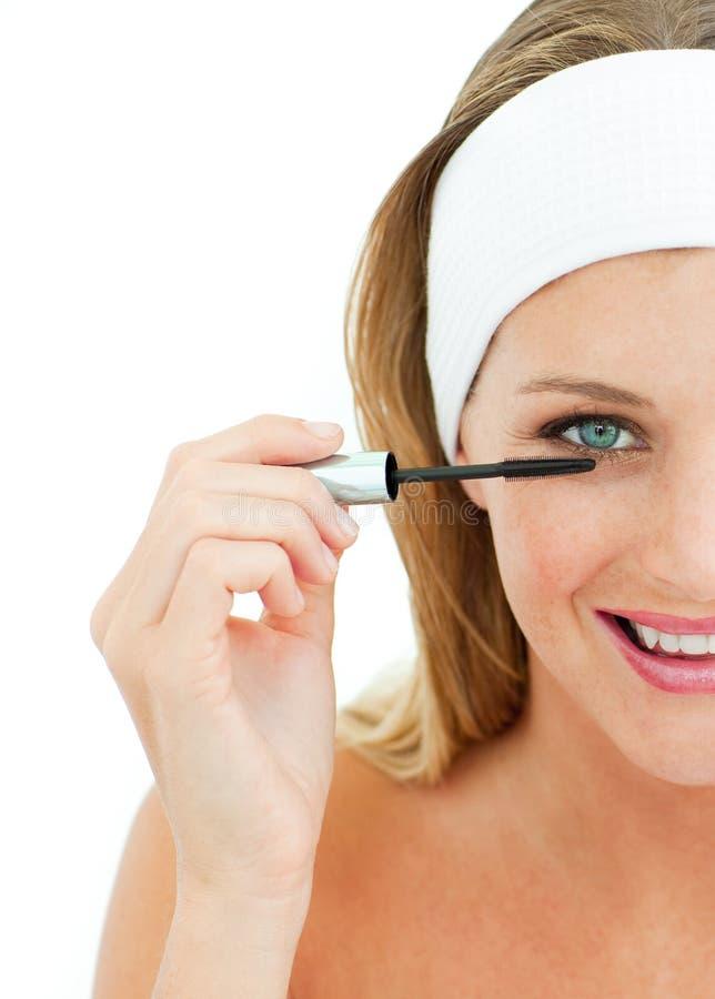 放置妇女年轻人的染睫毛油 免版税库存图片