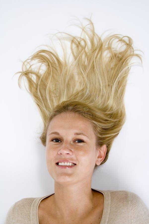放置妇女的美丽的白肤金发的偶然下来头发纵向 库存照片