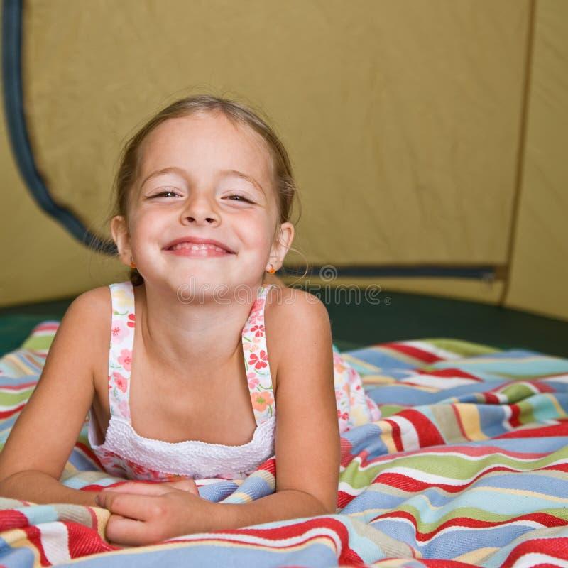放置帐篷的女孩 库存照片