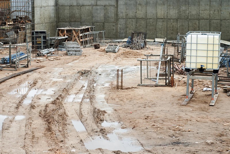 Download 放置户外站点的砖建筑 库存图片. 图片 包括有 地产, 灰泥, 户外, 行业, 水泥, 布琼布拉, 设备 - 59102421