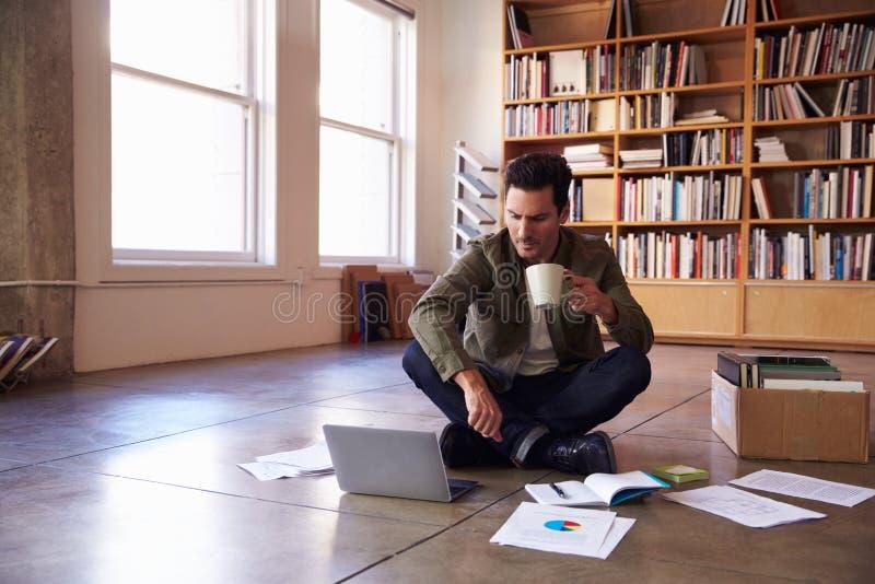 放置文件的商人在地板计划项目 免版税库存图片