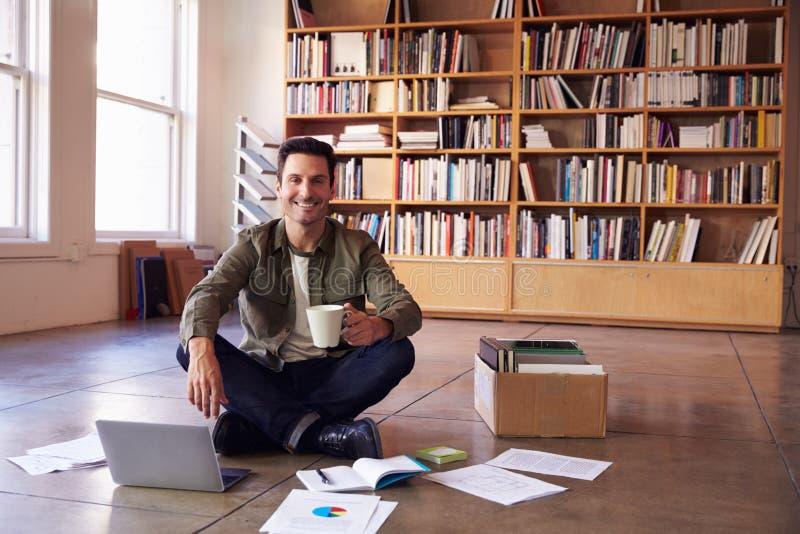 放置文件的商人在地板计划项目 免版税图库摄影