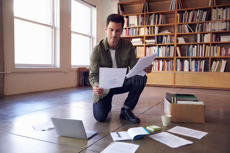 放置文件的商人在地板计划项目 库存照片