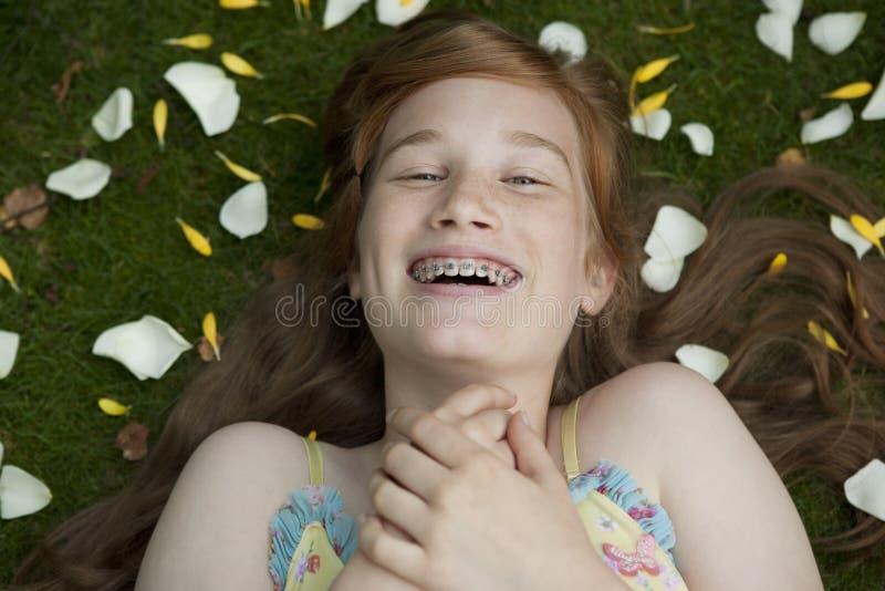 放置瓣的女孩草 免版税图库摄影