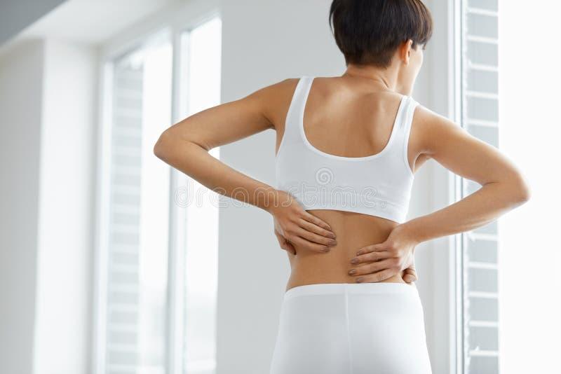 放置男性人肌肉脖子痛部分地严重肩膀疼痛的酸疼的回到河床成为不饱和的体验的图象伤害拉紧了 妇女身体特写镜头有痛苦后面的,腰疼 库存图片