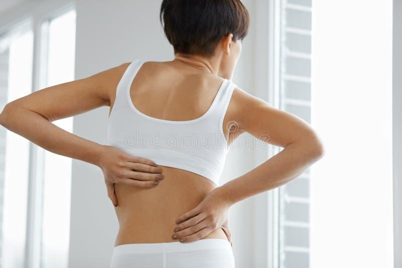 放置男性人肌肉脖子痛部分地严重肩膀疼痛的酸疼的回到河床成为不饱和的体验的图象伤害拉紧了 妇女身体特写镜头有痛苦后面的,腰疼 库存照片