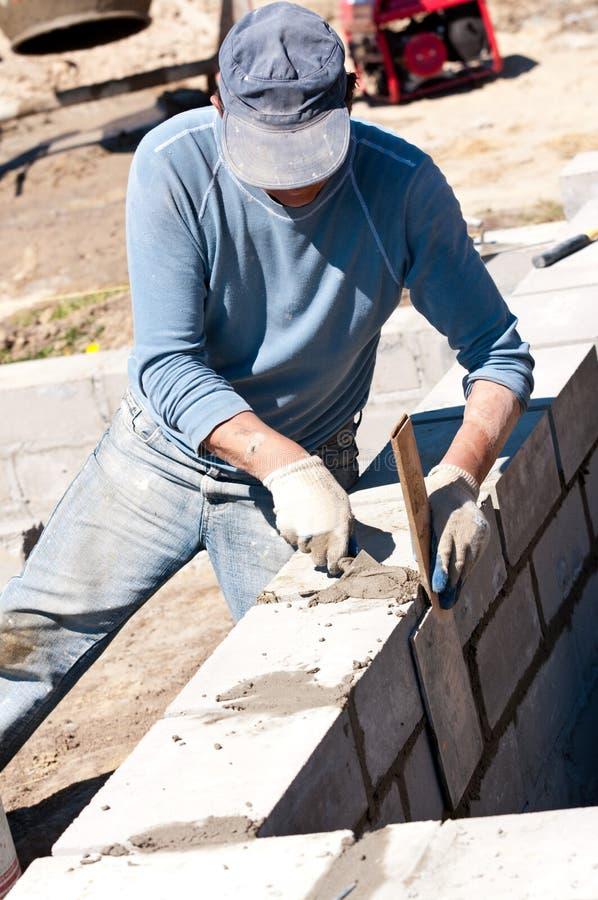 放置砖的建造者 免版税库存图片