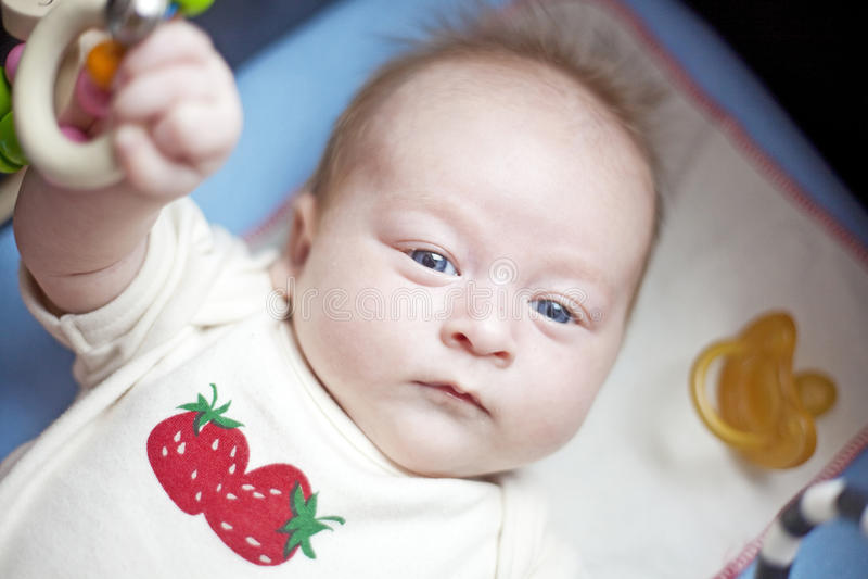 放置纵向的婴孩 免版税库存照片