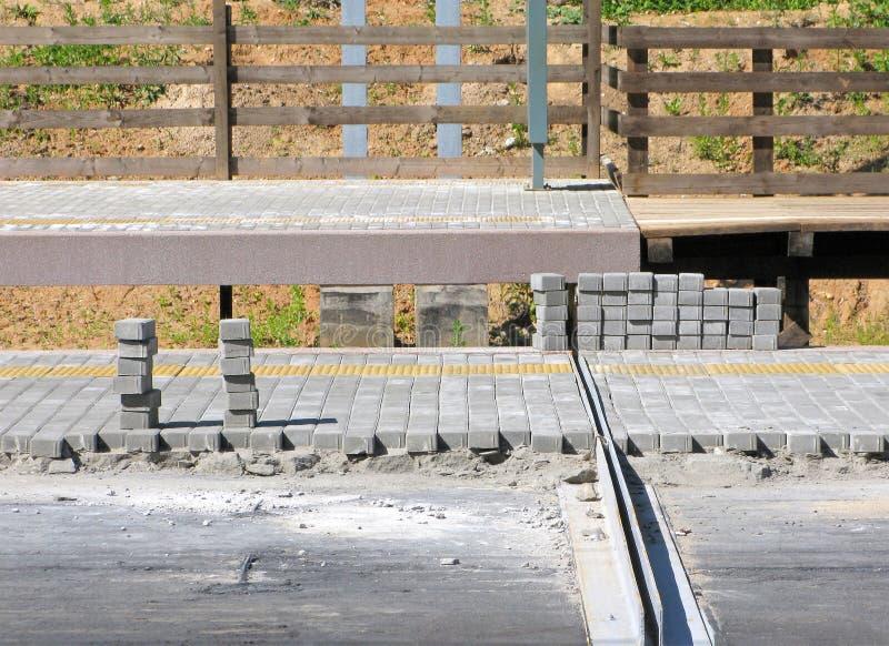 放置路瓦片,新的铁路平台 图库摄影