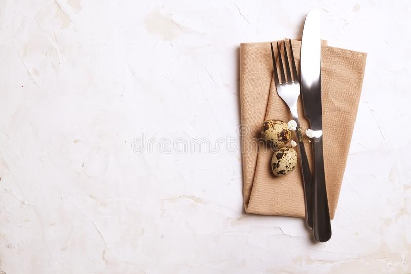 放置餐桌装饰品,桌设置选择的复活节 银器,与欢乐装饰的碗筷项目 叉子、刀子和流程 图库摄影
