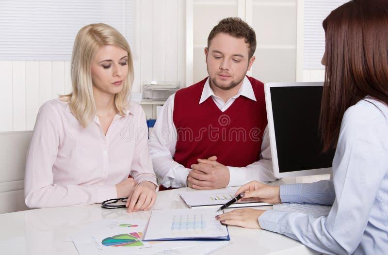 财政业务会议:年轻人已婚夫妇-顾问和c 库存照片