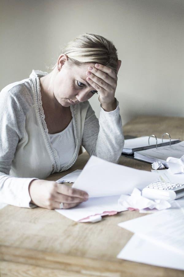财政压力的妇女 免版税库存图片