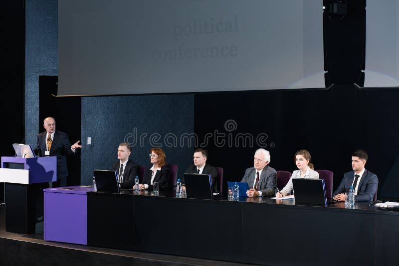 政客被会集对关于关键的问题的辩论 免版税库存图片