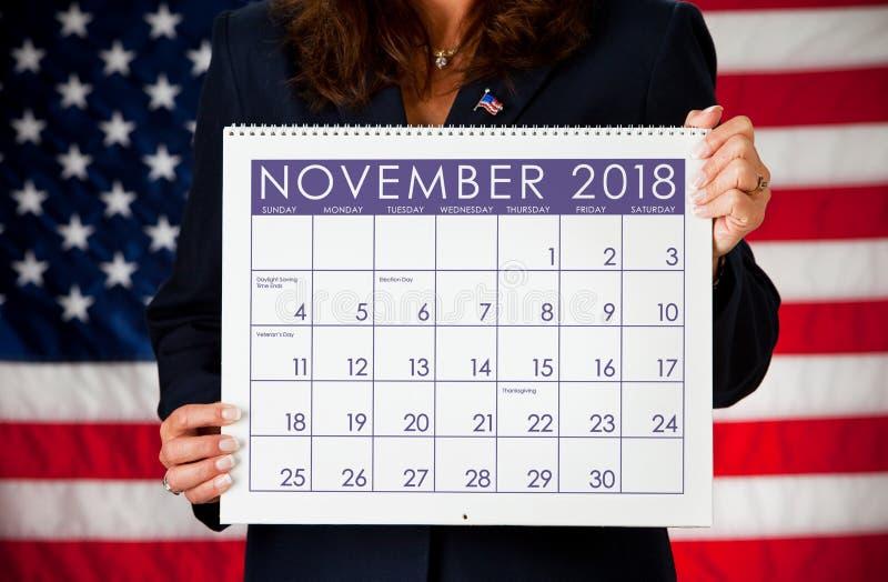 政客:拿着一本日历与11月选举日2018年 库存图片