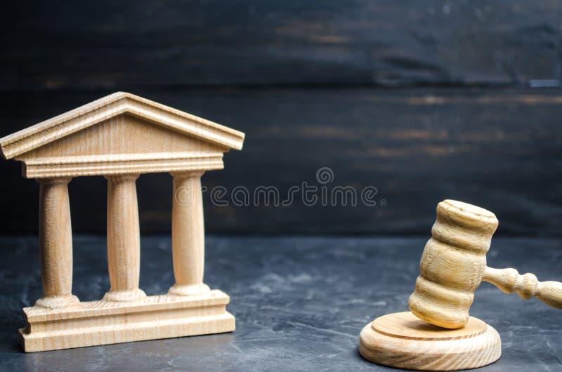 政府大厦和法官` s锤子 状态执行和经济机关的概念 自治市,政府,选出 免版税库存图片