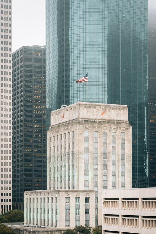 政府大厦和现代摩天大楼看法在街市休斯敦,得克萨斯 免版税库存照片