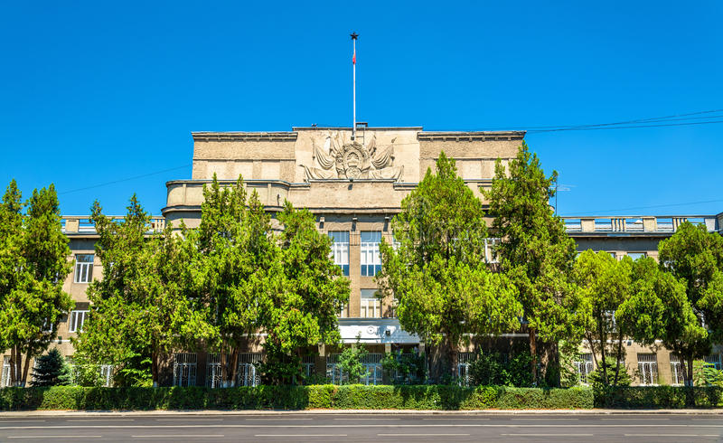 政府大楼在比什凯克-吉尔吉斯斯坦的街市 库存照片