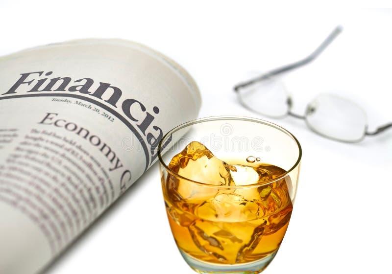 财政报纸用威士忌酒 库存照片