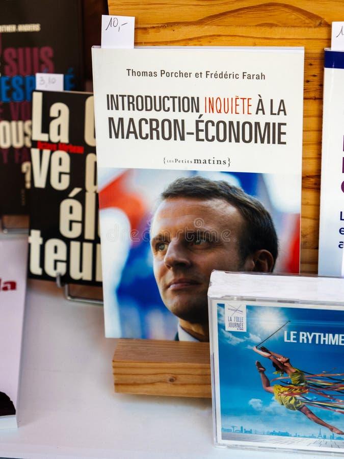 政治书在关于伊曼纽尔Macron的图书馆商店 图库摄影