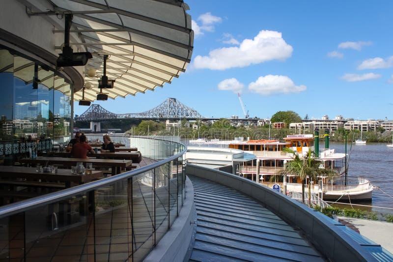 故事从老鹰在CBD的码头resturants甲板的桥梁和Kookaburra女王/王后汽船看法布里斯班澳大利亚2 25 2015年 库存照片