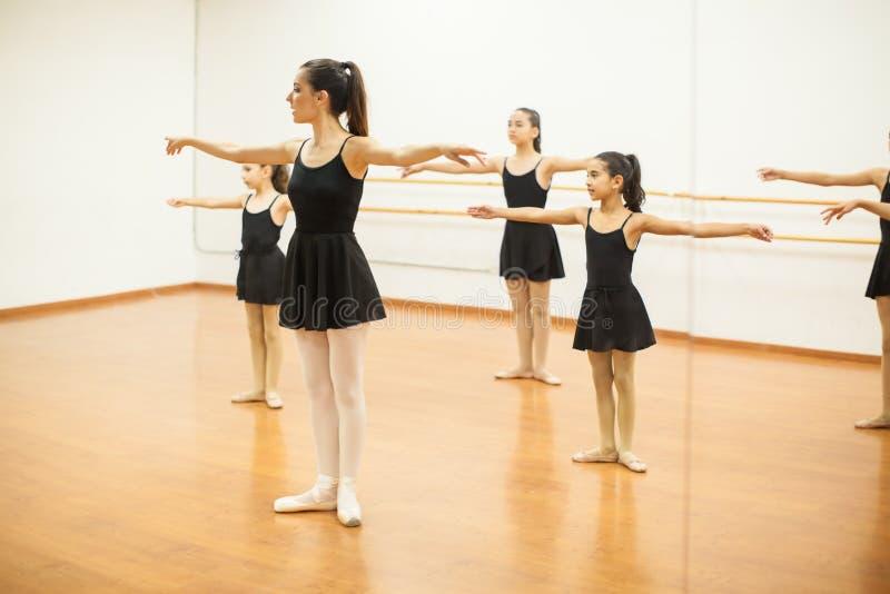 仿效小班课的皮球舞蹈女孩捡老师说课稿图片