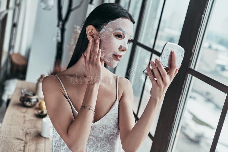 敏感喜欢光亮皮肤 可爱的少妇申请 免版税图库摄影