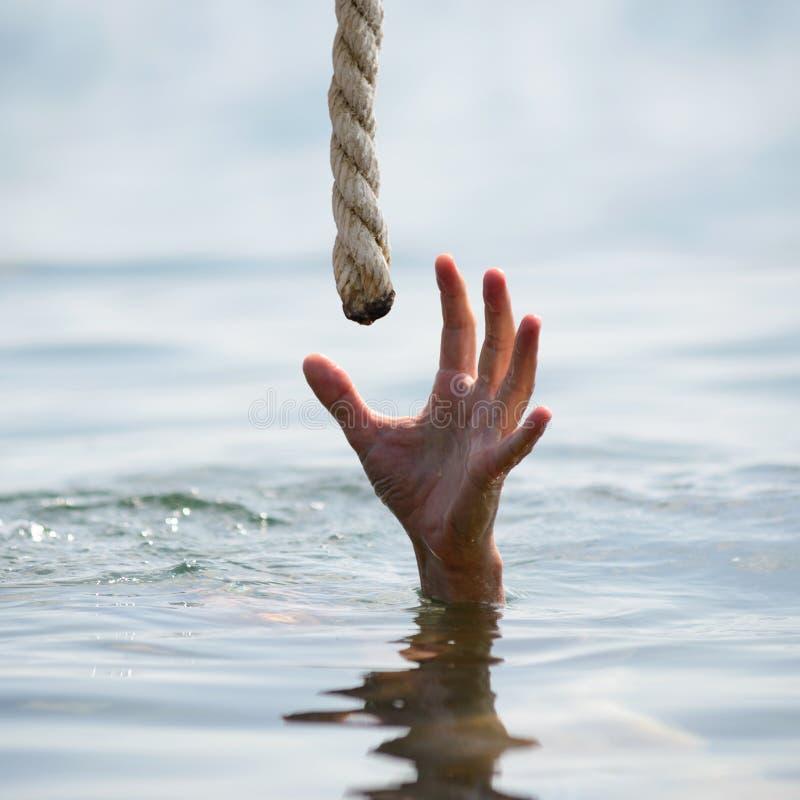 救一个溺水的人 免版税库存图片