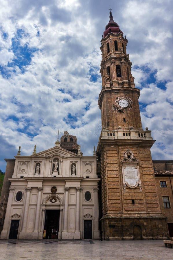 救主或La Seo de萨瓦格萨的大教堂是一只罗马猫 库存照片