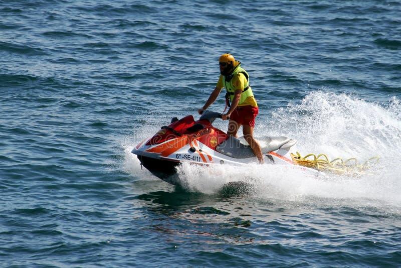 救助者在阿利坎特海岸的骑马waverunner在西班牙 免版税库存图片