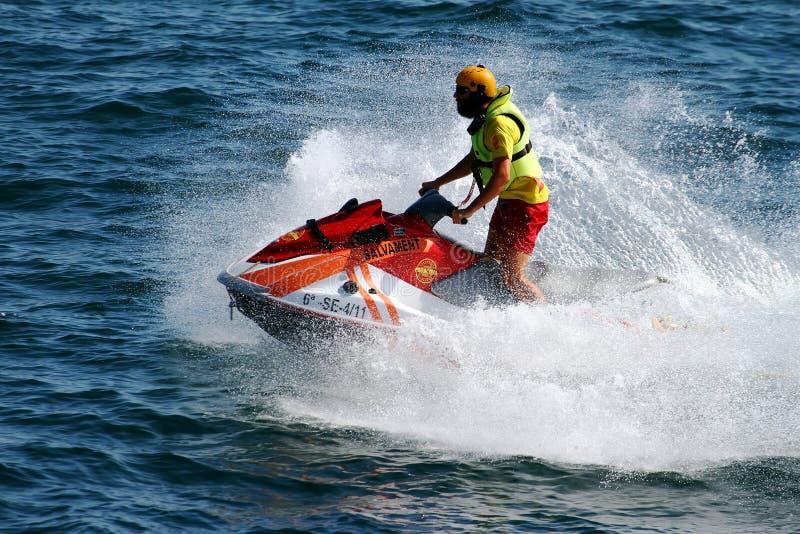 救助者在阿利坎特海岸的骑马waverunner在西班牙 免版税库存照片