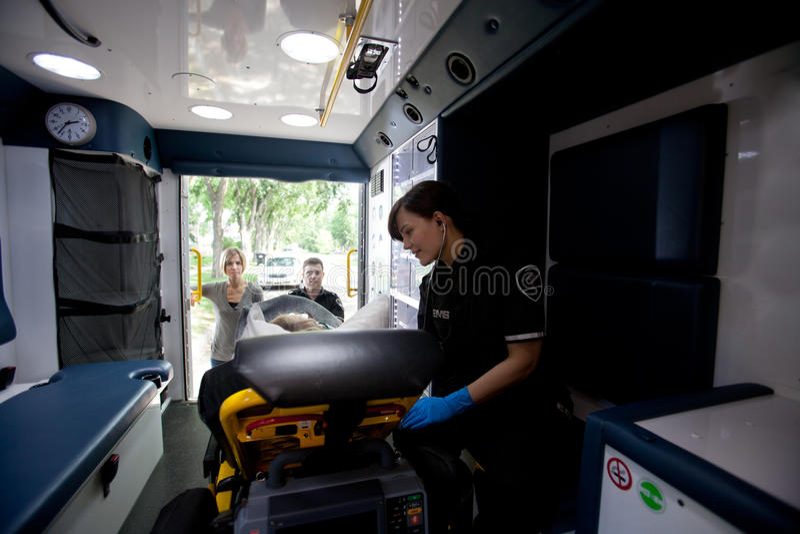 救护车内部医务人员患者 图库摄影