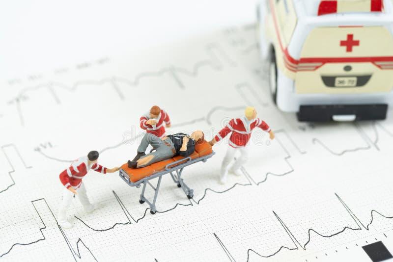 救护车汽车的微型医疗保健队运输患者 库存照片